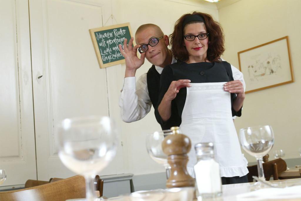Comixnix Sibylle und Nicolas als komische Kellner bzw. as funny waiters