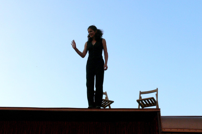 Sibylle moderiert vom Wagendach herunter